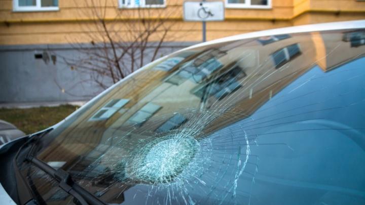 «Разбил кулаком лобовое стекло»: в Крутых Ключах разразилась война за парковку