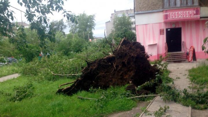 Легкий июльский ветерок треплет соседнюю крышу: прикамцы делятся фото последствий урагана