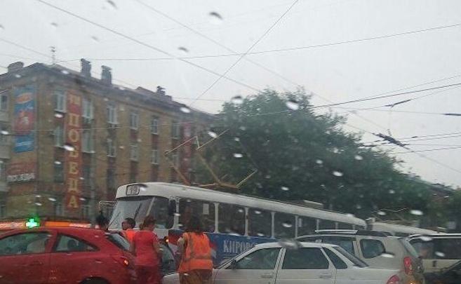 В Самаре из-за мелкой аварии встали трамваи: на улице Победы столкнулись легковушки