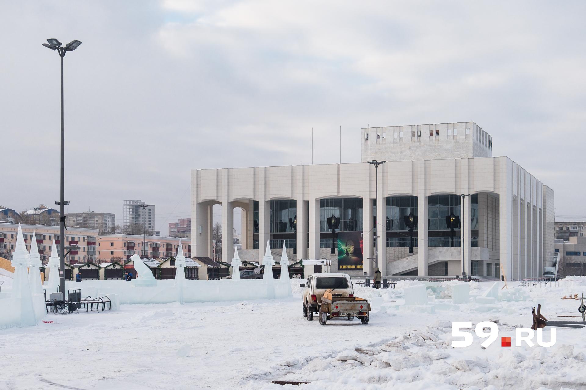 По периметру катка установлены ледовые скульптуры елок и собак