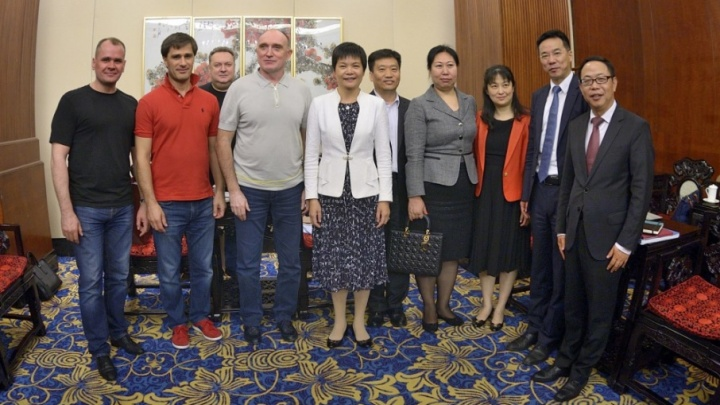 Делегация челябинского губернатора приехала на переговоры в Китае в джинсах и футболках