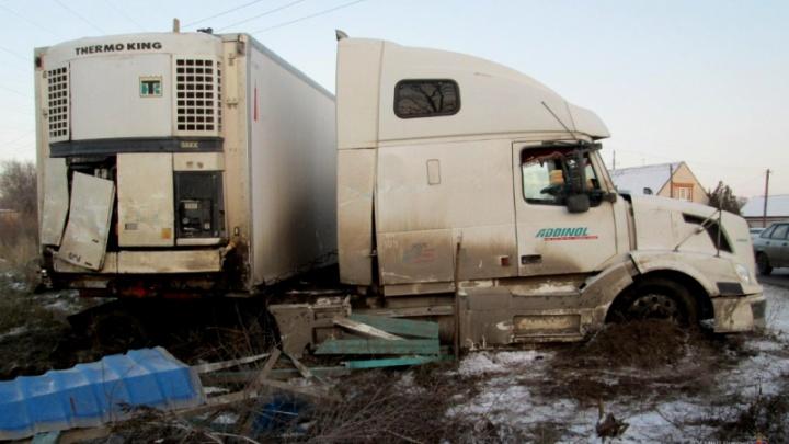 В Калаче-на-Дону фура с прицепом вылетела на остановку, погибла женщина