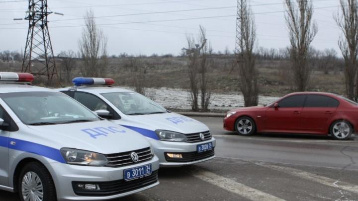 У Мамаева кургана в Волгограде водители прощаются с тонировкой