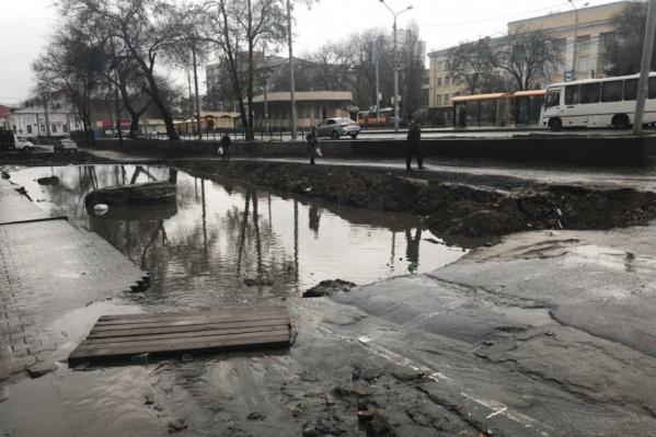 Вода стекает в яму со всей улицы