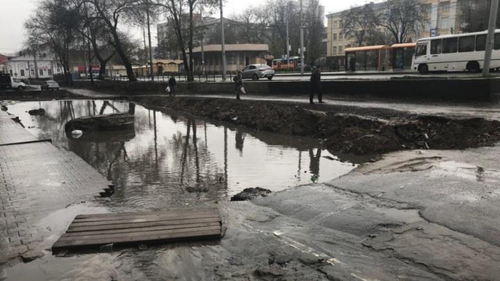 «Власти бездействуют»: глубокая яма на Станиславского после ливня превратилась в озеро