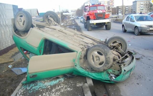 ДТП с такси в Ярославской области: зеленая легковушка перевернулась на крышу