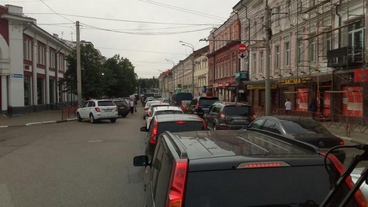 В центре Ярославля троллейбус парализовал движение