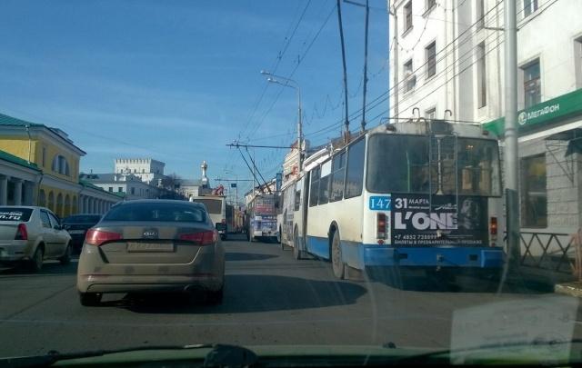 Центр Ярославля встал в пробку из-за ремонтных работ и троллейбусов
