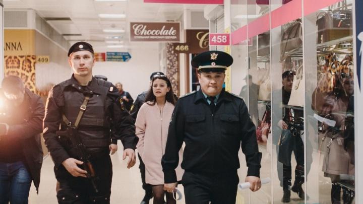 Возмущенные продавцы, опечатанные двери и люди в форме: смотрим, как закрывали ТД «Центральный»
