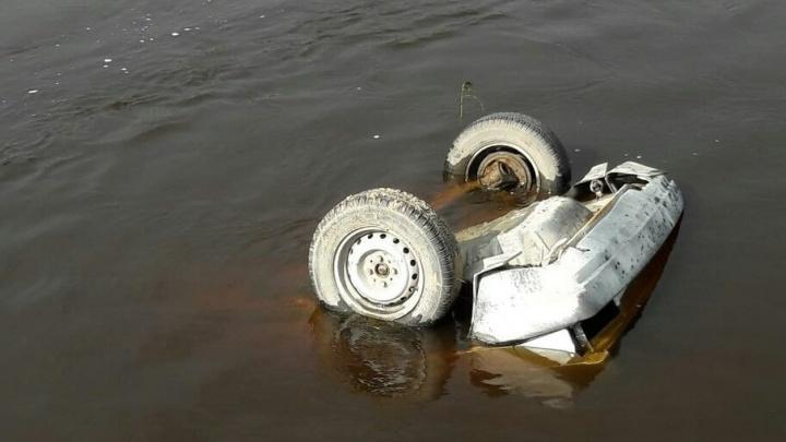 В реке под Тюменью нашли затонувшую машину