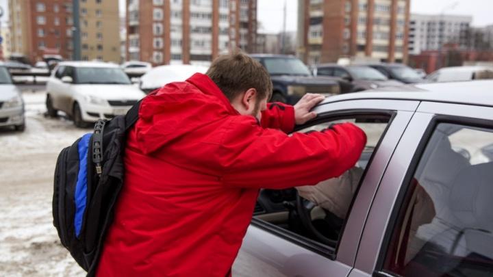 В Ярославле банда серийных автоворов обокрала 12 машин