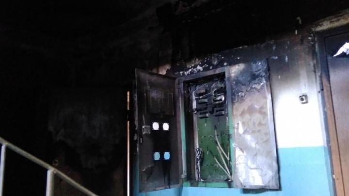«Выводили в кислородных масках»: жильцов челябинской многоэтажки эвакуировали из-за ночного пожара