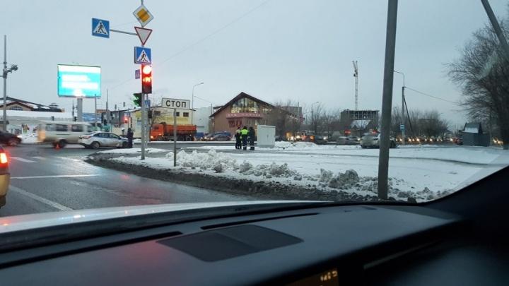Ехали на красный с проблесковыми маячками: машина ДПС попала в аварию на 50 лет Октября