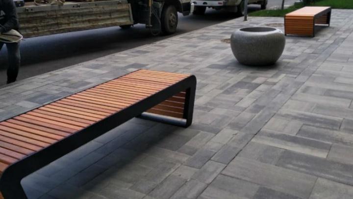 На Садовой наводят марафет: рабочие устанавливают новую уличную мебель