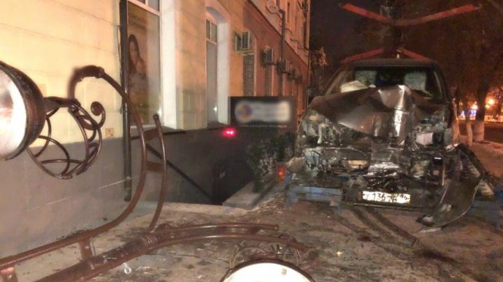 Снесли фонарный столб и светофор: пострадал водитель легковушки, попавший в  ДТП в центре Тюмени