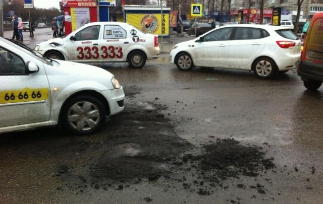В Ярославле экстренно залатали ямы: асфальт продержался четыре часа