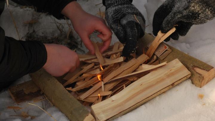 Склад в центре поселка в Вельском районе загорелся из-за детских игр с огнем