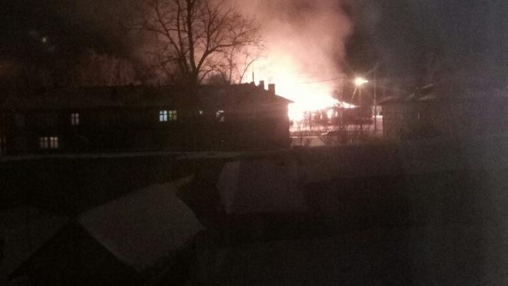«Страшно, искры летят»: на 25-м лесозаводе сгорело облюбованное бездомными здание