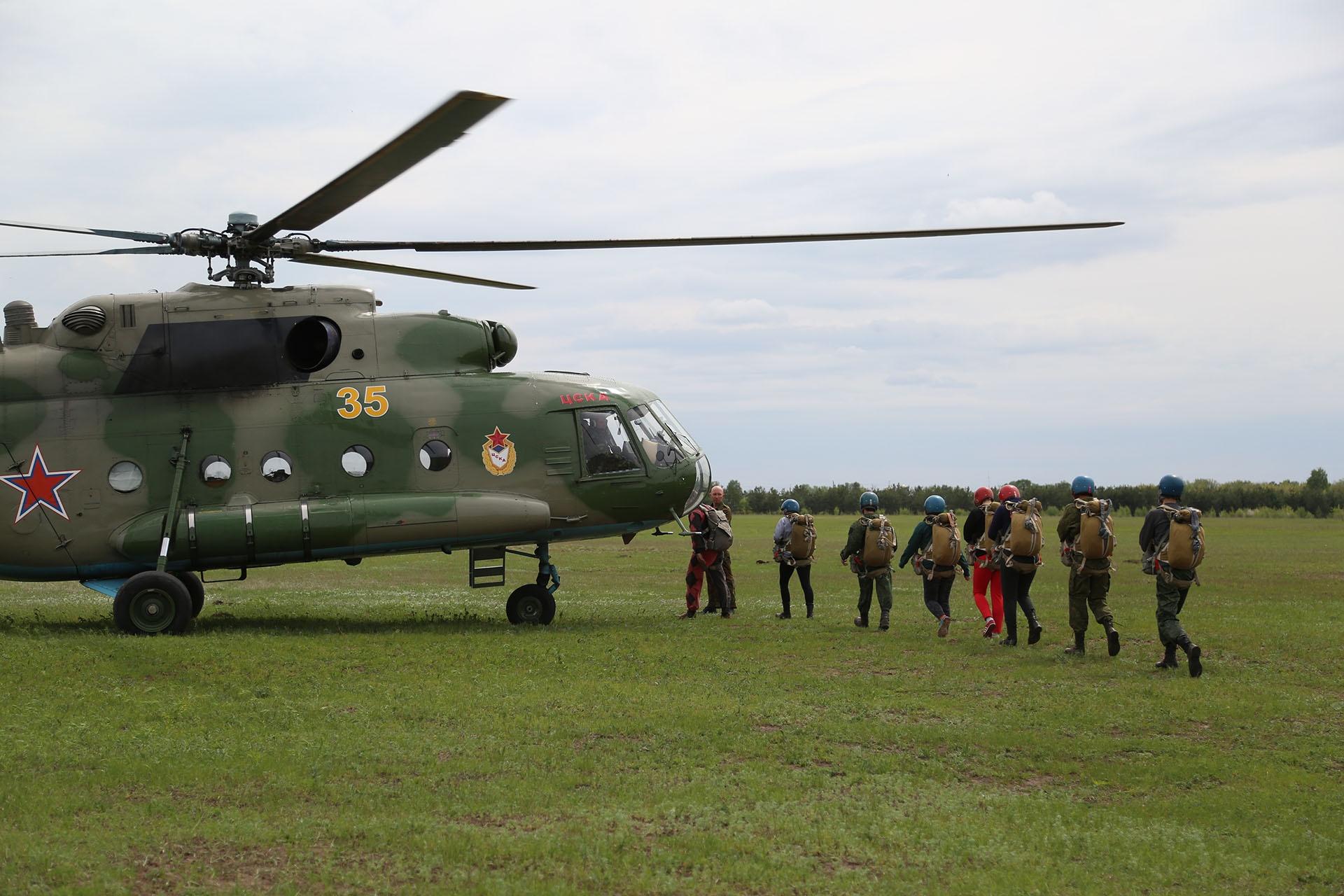 С вертолета Ми-8 ребята прыгали первый раз