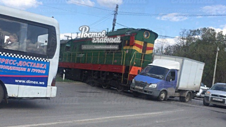 Хотел проскочить: на Вятской поезд столкнулся с «Газелью»