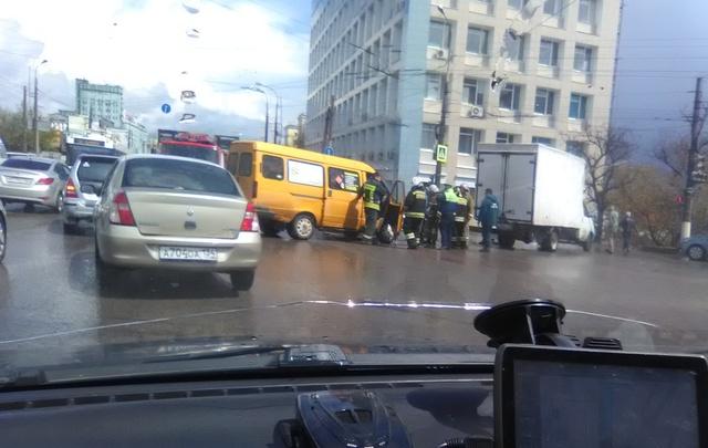 В Волгограде столкнулись грузовая «газель» и маршрутка с пассажирами