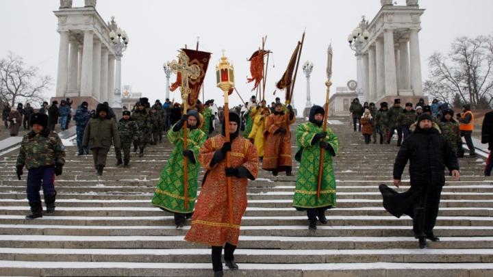 В Волгограде крестный ход прошел мимо траншей и автомобилей