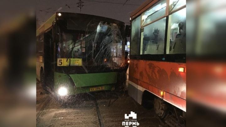 У центрального рынка в Перми автобус въехал в трамвай: пассажирку госпитализировали