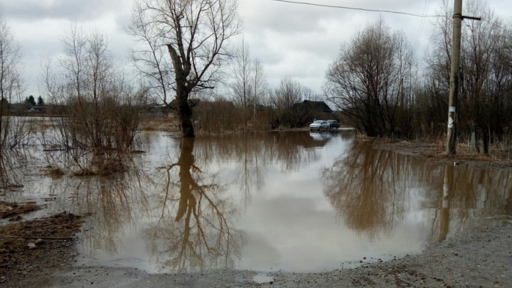 «Воды по колено, пришлось эвакуироваться»: в Пермском районе подтопило участки в посёлке и деревне