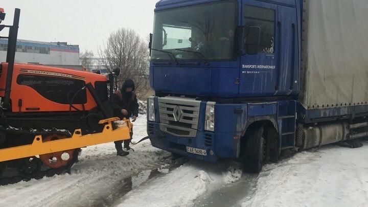 Под Волгоградом ледяная дорога второй день подряд кошмарит водителей фур