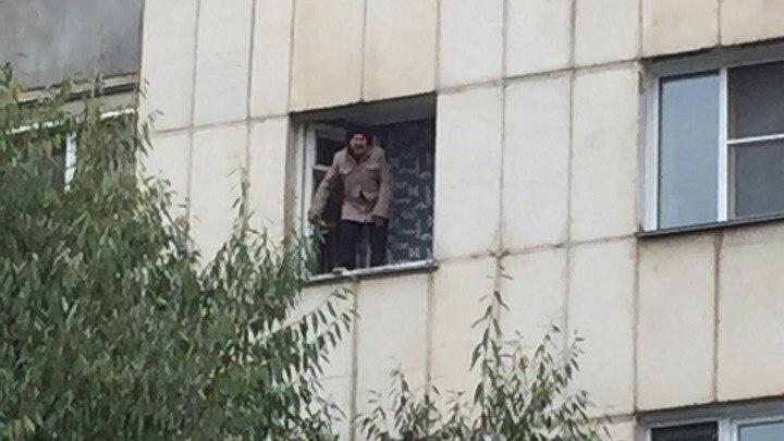 В Челябинске спасли женщину, стоявшую на окне пятого этажа