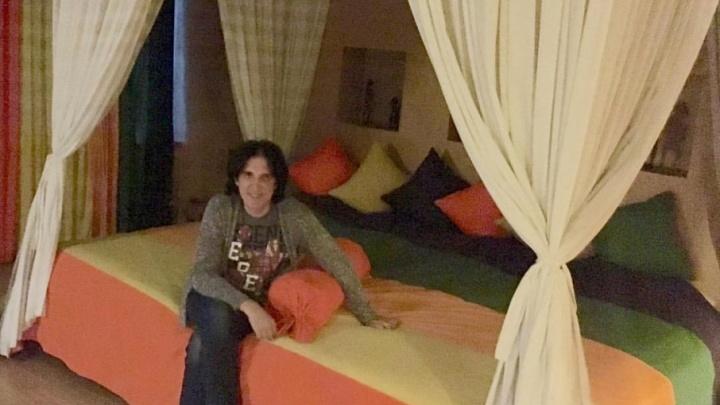 Королевский размер: челябинский отель поразил Кая Метова шестиместной кроватью