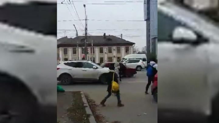 Из-за аварии на Бакинской проспект Ленина в Волгограде встал в пробке
