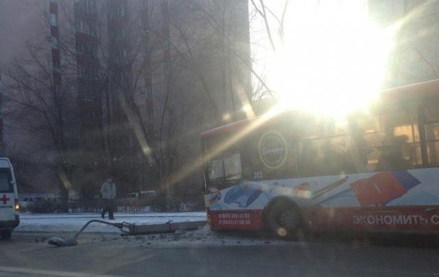 В Волжском автоледи на «Ладе» вытолкнула в столб рейсовый автобус