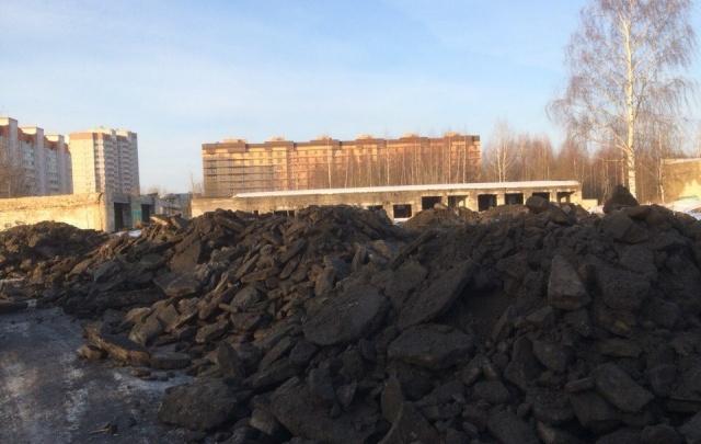 Десяток самосвалов сбросили грязный снег во Фрунзенском районе