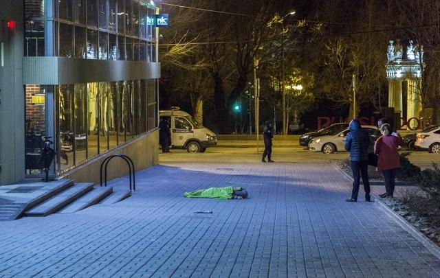 В самом центре Волгограда под окнами жилого дома обнаружили мертвого мужчину