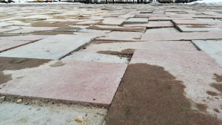«Похожа на стиральную доску»: в парке Металлургов начали менять новую плитку