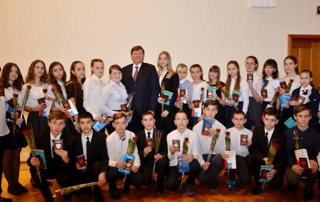 В Аксае торжественно вручили паспорта победителям и призерам конкурсов