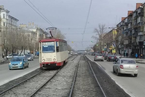 Трамваи, проезжая через горку, наклоняются набок