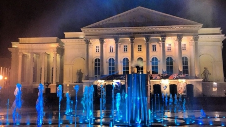 На площади 400-летия Тюмени к 9 Мая настроили новый фонтан с водным экраном