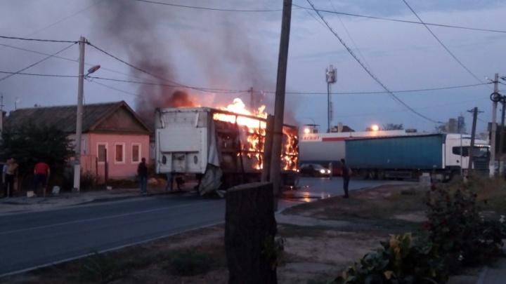 В Ворошиловском районе сгорела фура с картонными коробками