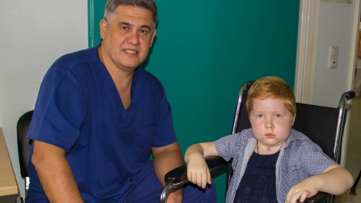 Не слышал на правое ухо: тюменские врачи спасли 6-летнего мальчика с гигантской опухолью мозга
