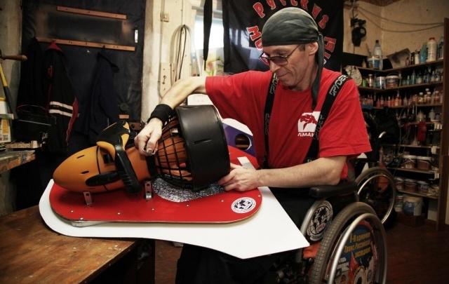 Таганрогский инвалид-изобретатель Игорь Скикевич создал инвалидную коляску для дайвинга