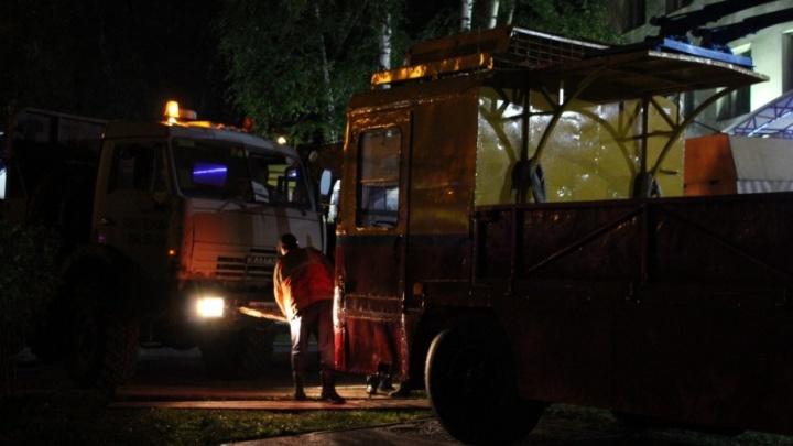 Привезли и установили ночью: в Перми появился памятник старому троллейбусу