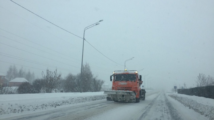 Снегопад усиливается: в Тюменской области частично ограничили автобусное сообщение, два рейса сопроводят экипажи ДПС