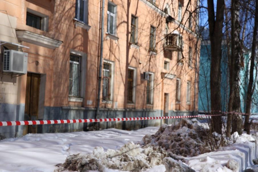 Глыба упала на девочку на улице Спартаковской
