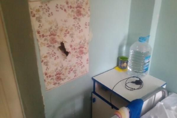 Дыры в стенах, по словам главврача, пробивают из хулиганских побуждений пациенты-подростки