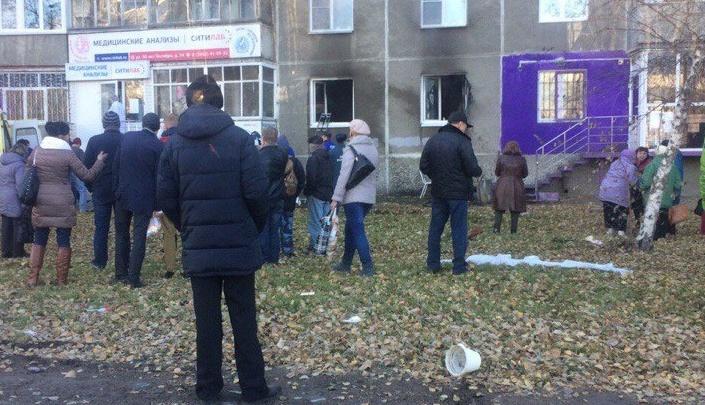Пожар на улице 50 лет Октября: очевидцы сообщают о взрыве, из дома на носилках вынесли человека