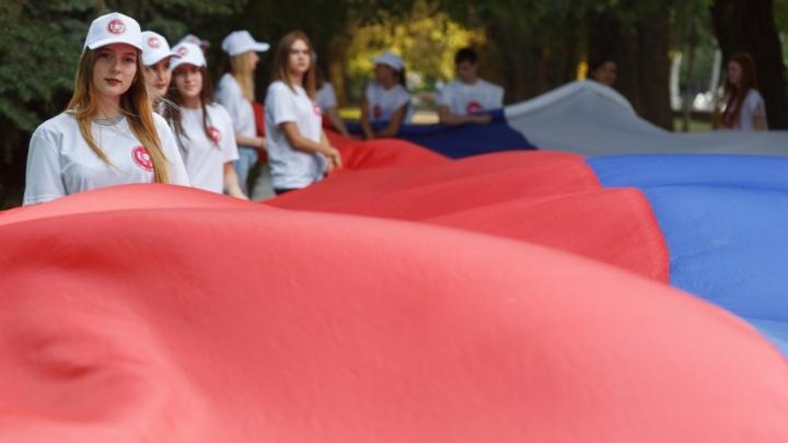 40 волгоградцев пронесли флаг России по сокращенному маршруту