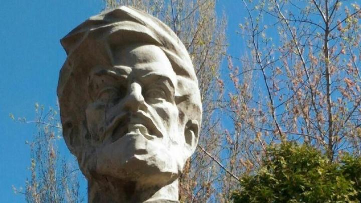 Самарцы передали врио губернатора подписи за спасение памятника Масленникову