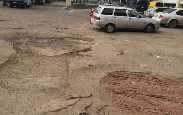 В Волгограде убитые дороги начали чинить коврами